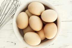Le uova in ciotola con sbattono la vista superiore Fotografie Stock Libere da Diritti