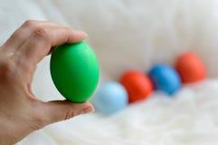 Le uova colorate hanno colorato per Pasqua a disposizione fotografie stock