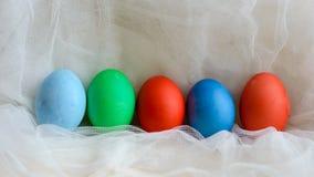 Le uova colorate hanno colorato su Pasqua per il pizzo immagine stock