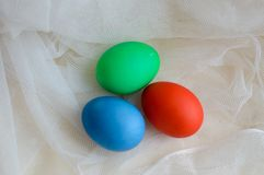 Le uova colorate hanno colorato su Pasqua per il pizzo immagini stock