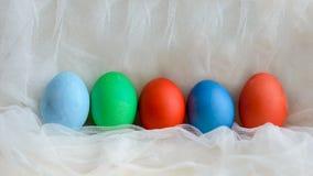 Le uova colorate hanno colorato su Pasqua per il pizzo immagine stock libera da diritti