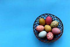 Le uova del pollo di Pasqua sono dipinte nei colori differenti fotografie stock libere da diritti