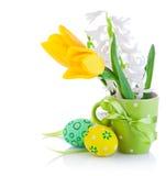 Le uova di Pasqua In cestino con il tulipano giallo fiorisce Fotografie Stock Libere da Diritti