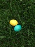 Le uova di Pasqua Colourful si trovano in un'erba fresca verde intenso Immagine Stock