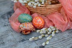 Le uova di Pasqua decorate si avvicinano al salice Immagine Stock Libera da Diritti