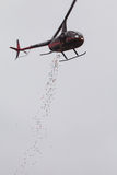 Le uova di Pasqua di plastica ottengono cadute dall'elicottero per l'evento della Comunità Fotografie Stock Libere da Diritti