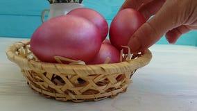 Le uova di Pasqua nel canestro passano la fucilazione lenta decorativa, stock footage