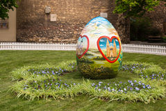 Le uova di Pasqua sono disposte sul quadrato davanti alla cattedra di Zagabria Fotografia Stock
