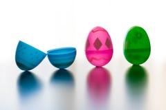 Le uova di Pasqua stanno su davanti a tutto il fondo bianco fotografia stock