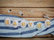 Le uova di Pasqua sulle uova di Pasqua del nido per le vacanze di Pasqua progettano Immagini Stock