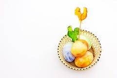 Le uova dipinte divertimento di Pasqua con chiken le lecca-lecca Fotografia Stock Libera da Diritti