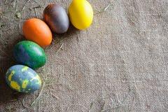 Le uova dipinte in un semicerchio si trovano sulla borsa Fotografie Stock