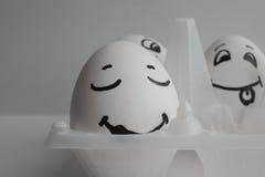 Le uova divertenti con il concetto dei fronti dormono fra rumore Immagini Stock