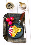 Le uova fritte nel divertimento si formano del pene in una padella su un'annata dar Immagini Stock Libere da Diritti
