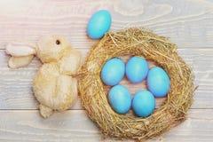 Le uova tradizionali dipinte in paglia tessuta interno blu di colore si avvolgono Fotografia Stock Libera da Diritti