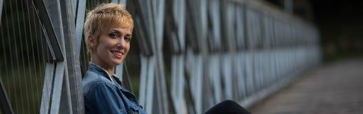 Le vänlig ung blond kvinnapanorama Arkivbild