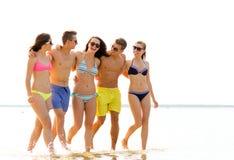 Le vänner i solglasögon på sommarstranden royaltyfri fotografi