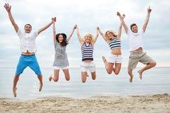 Le vänner i solglasögon som går på stranden Royaltyfri Fotografi
