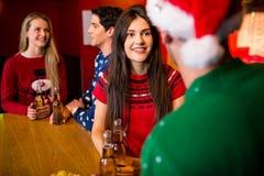 Le vänner med åtföljande jul royaltyfria foton