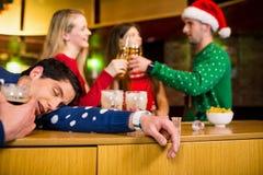 Le vänner med åtföljande jul arkivfoton