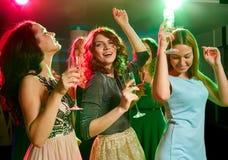 Le vänner med exponeringsglas av champagne i klubba Royaltyfria Foton