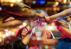 Le vänner med exponeringsglas av champagne i klubba Arkivbild