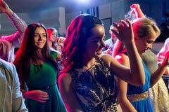 Le vänner som dansar i klubba Royaltyfria Foton