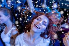 Le vänner som dansar i klubba Arkivbilder