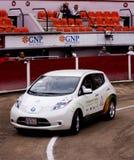 le véhicule électrique Nissan de 100 pour cent POUSSENT DES FEUILLES Image stock