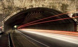 Le véhicule allume des journaux dans un tunnel Photographie stock libre de droits