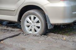 Le véhicule a collé dans la boue photos stock