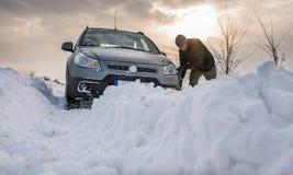 Le véhicule a collé dans la neige photographie stock libre de droits
