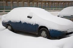 Le véhicule a couvert la neige. Images libres de droits