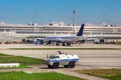Le véhicule de police patrouille l'aéroport à Munich. Photos libres de droits