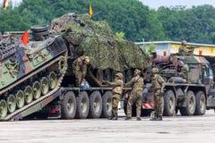 Le véhicule de récupération blindé allemand, Bergepanzer 2 de Bundeswehr tire un réservoir endommagé photo libre de droits