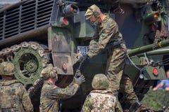Le véhicule de récupération blindé allemand, Bergepanzer 2 tire un réservoir endommagé photographie stock