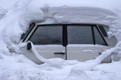Le véhicule enfermé dans la neige. Image stock