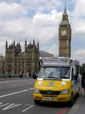 Le véhicule jaune de crême glacée a stationné près de grand Ben Photographie stock