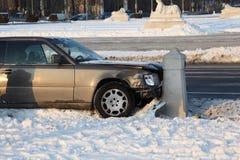 Le véhicule s'est écrasé dans le poleon concret Photos libres de droits