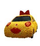 Le véhicule s'est recroquevillé avec des fleurs d'isolement sur le blanc photo libre de droits