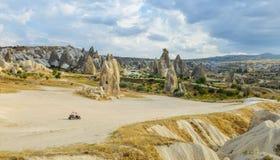 Le véhicule simple d'ATV s'est garé en vallée sauvage dans Cappadocia Photographie stock libre de droits