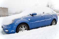 Le véhicule sous la neige Photo libre de droits