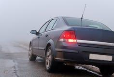 Le véhicule sur une route brumeuse Images libres de droits