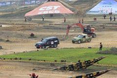 Le véhicule tous terrains endommagé a été traîné hors de l'arène Image libre de droits