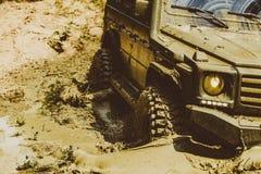 Le véhicule tous terrains marche à la montagne trekking du voyage 4x4 Véhicule tous terrains sortant d'un risque de trou de boue  photo libre de droits