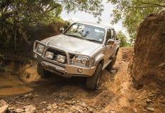 Le véhicule Toyota Hilux d'entraînement à quatre roues est faire tous terrains Photographie stock