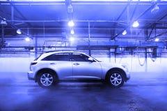 Le véhicule utilitaire sportif au lavage de voiture est d'intérieur Photos libres de droits