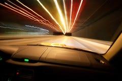 Le véhicule va sur la ville de nuit Photo libre de droits