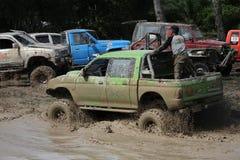 le véhicule 4x4Offroad 4wd automobile conduit vers le haut hors de l'eau et Image libre de droits