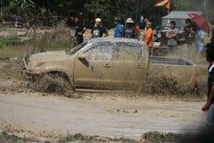 le véhicule 4x4Offroad 4wd automobile conduit vers le haut hors de l'eau et Photos libres de droits